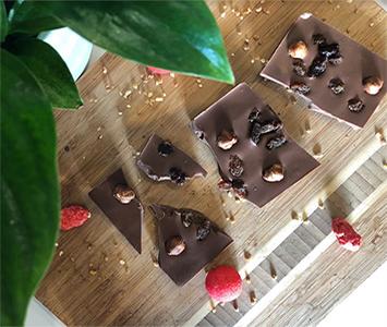 craquez-pour-une-tablette-de-chocolat-au-lait-caramel-noisettes-bio-et-raisins-secs-bio