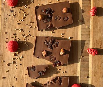 chocokada-vous-propose-de-gouter-a-son-chocolat-au-lait-caramel-raisins-secs-bio-et-noisettes-bio