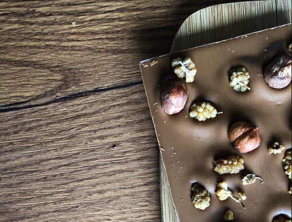 croquez-votre-tablette-de-chocolat-au-lait-aux-noisettes-bio-et-mures-blanches