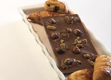savourez-la-tablette-de-chocolat-au-lait-personnalisee-aux-noisettes-bio-et-aux-mures-blanches