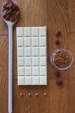 composez-votre-tablette-de-chocolat-blanc-personnalisee-avec-du-speculoos-des-framboises-sechees-bio-et-des-noix-de-pecan-bio